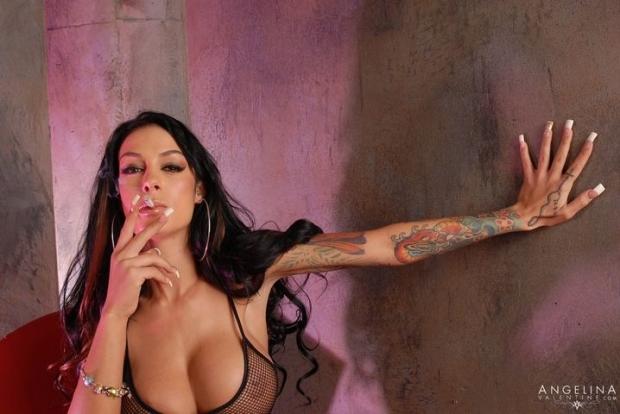Сочная дама с длинным волосом в черных чулках на красивых ножках порно фото