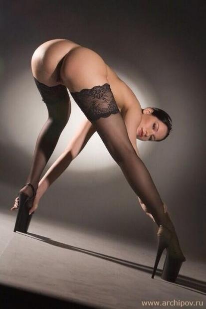 Симпатяшка с длинными ногами эффектно позирует на на порно фото