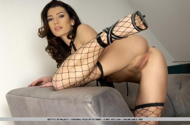 Смазливая милфа с длинными ногами показывает все свои прелести на порно фото
