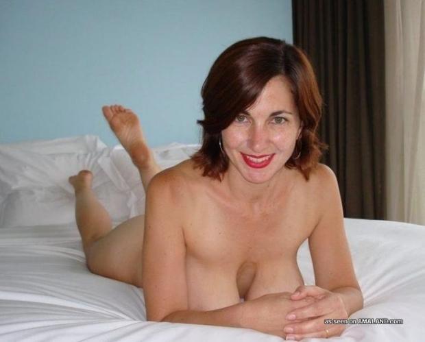 Развратная дамочка на домашнем порно фото без напряга позирует голой
