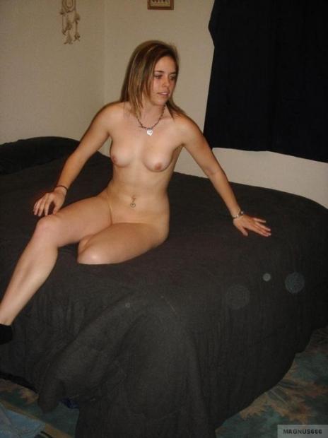 Стройная красотка распряглась на домашнем порно фото и делает снимки писечки на камеру