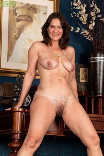 Шикарная зрелая дама с еще упругими сиськами на домашнем