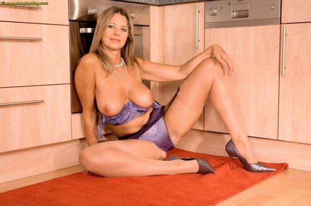 Очаровательная домохозяйка с упругими сисечками пошло позирует
