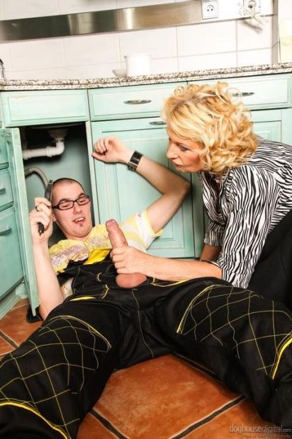 Парнишка любит когда домохозяйка делает минет и кончает ей в глотку