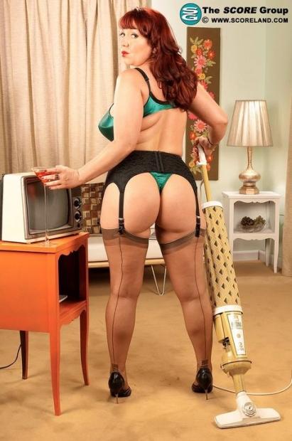 Аппетитная домохозяйка с огромными дойками шикарно позирует