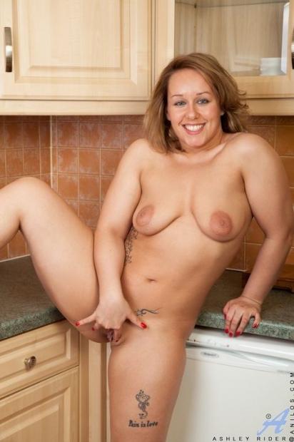 Пышная домохозяйка на кухне сняла джинсы и давай дрочить пизду