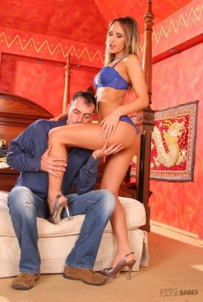 Порно фото с красивой малышко которая трахается с парнем и дрочит его хер ногами