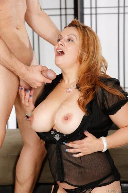 Рыжая зрелая дама с большой грудью обожает жесткий секс