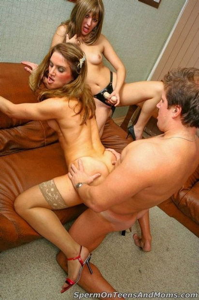 Пиздатые девки вдвоем ублажают парня минетом и трахаются в мокрые киски порево жжм