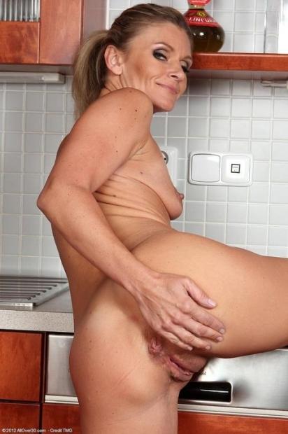 Сексуальная зрелая женщина взяла в руки ананас и занимается мастурбацией на кухне пока не кончит