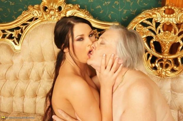 Горячие лесбиянки трахаются на порно фото зрелые