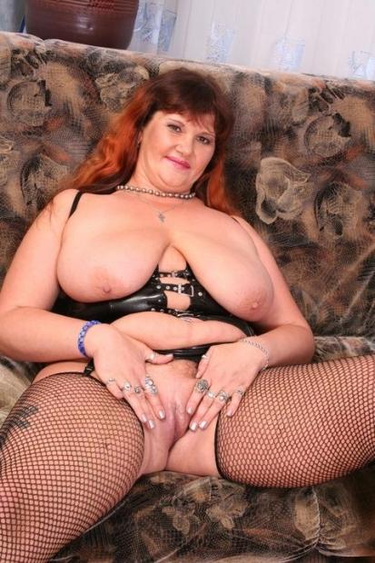 Толстая зрелая баба в чулках обожает сосать и трахаться