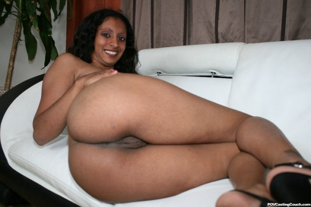 Порно фото с позирующей голой индианкой с роскошными сисечками