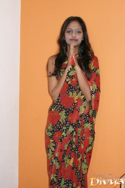 Молодая красивая индианка сняла платье и обнажила тугие сиськи