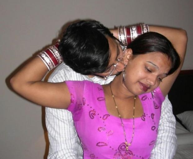 Молодой супруг поцеловал индианскую жену и застенчиво трахает на кровати