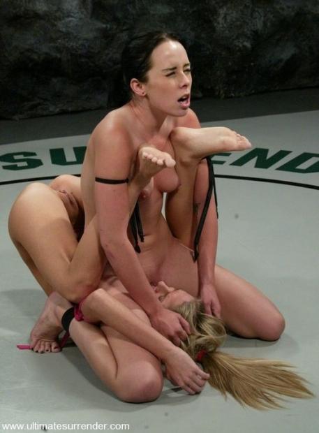 Страстные голые девахи в кетфайтинге на карачках вылизывают пизды