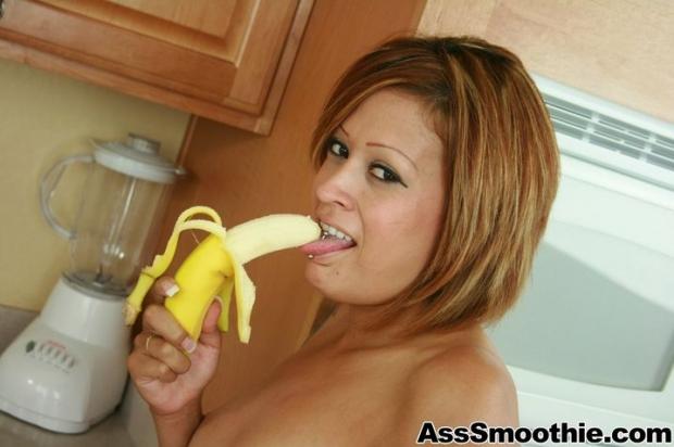 Приготовила сок из банана и делает клизму в анал молодая девушка