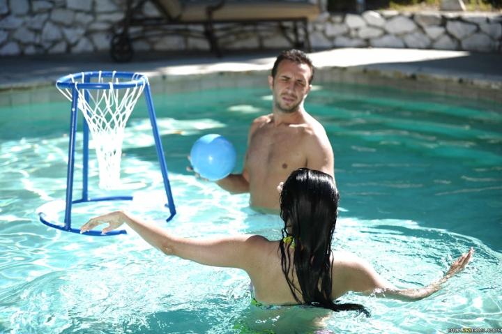 Мокрая брюнетка наслаждается страстным трахом рядом с бассейном