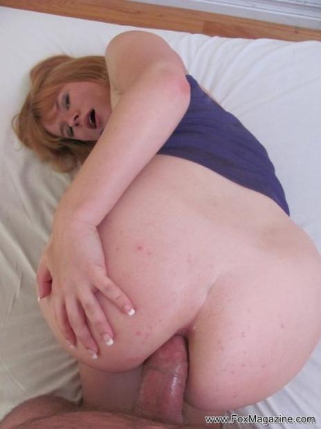 Симпатичная девушка в майке обожает когда парень кончает ей в жопу