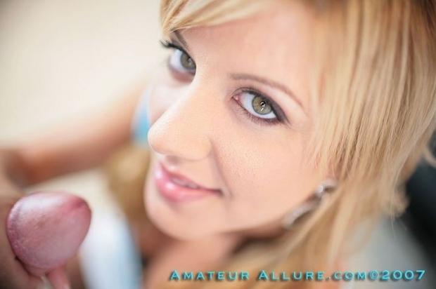 Симпатичная блондинка с пышными губками построчила толстый хуй и дождалась когда кончат в рот