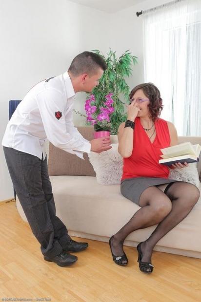 Зрелая дамочка с горячей писькой обожает кончину на сиську после жаркого порева