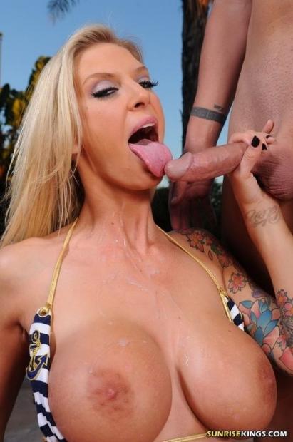 Соблазнительная блондинка рада когда ей кончают на сиськи порно фото