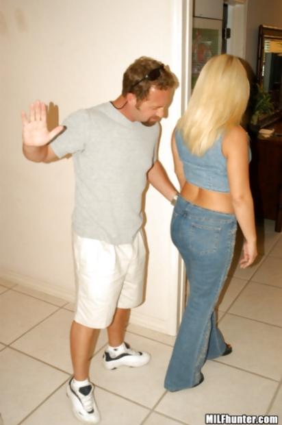 Заводная блондинка любит трахаться в разных позах