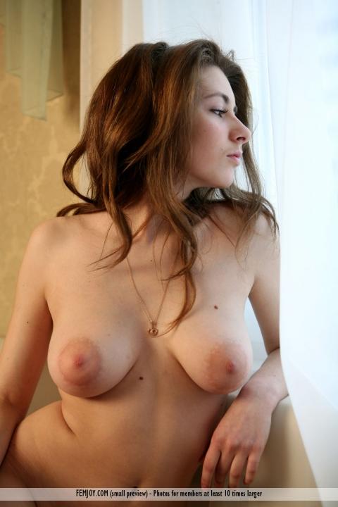 Голая эротичная девка с шикарными большими сисями на порно фото позирует