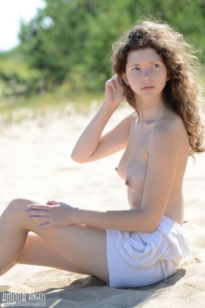 Кудрявая шлендра без проблем сама фоткается с голой пиздой на песке