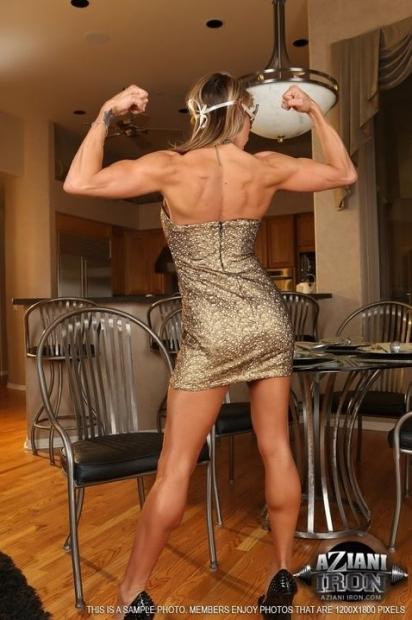 Очаровательная спортивная дамочка снимает шикарное платье и трусики и начинает тереть шмоньку