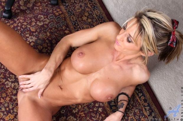 Домашняя культуристка возбудилась и начала мастурбировать мокрую писечку
