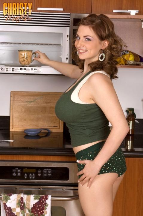 Домашняя баба с изумительными большими сисяками устроила эротику на кухне