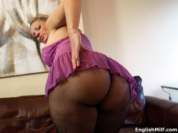Горячая зрелая баба Даниелла распахнула приветливо ножки и оголила сиськи для порно фото