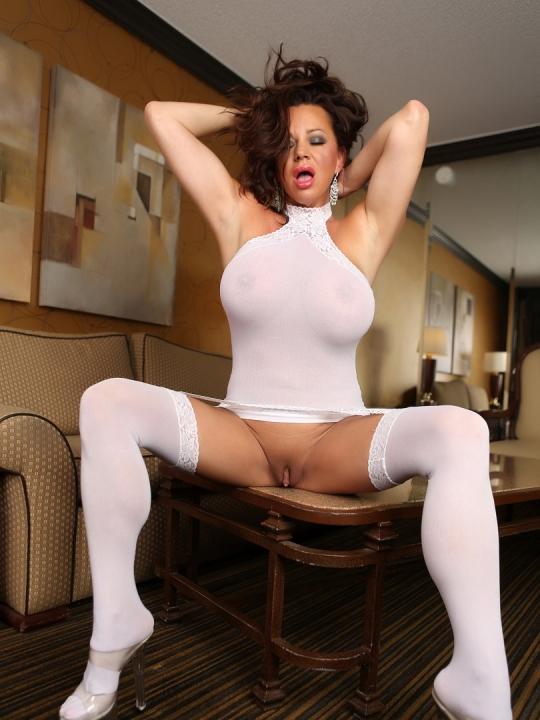 Сиськатая матюрка с большими сисяндрами раздвигает ножки на порно фото