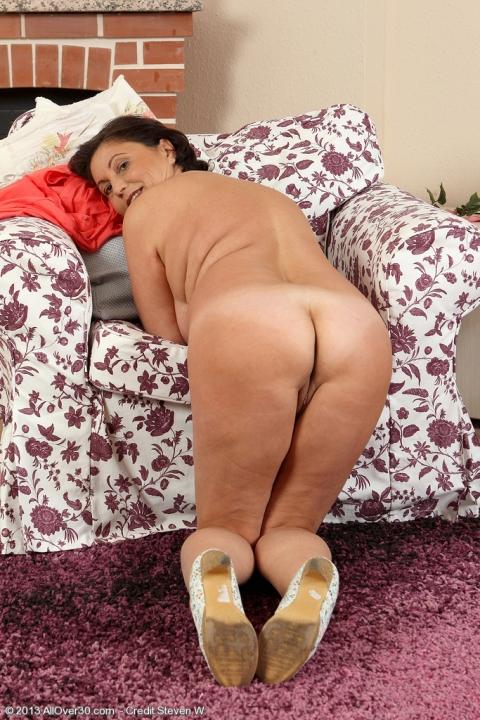 Сочная баба целует свои большие сиськи порно фото