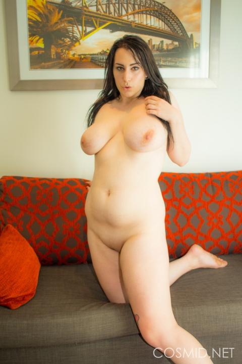 Симпатюлька скидывает лифчик и трусики смотрите зажигательное порно с большими сиськами