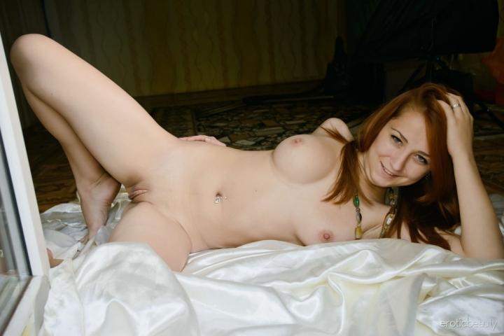 Молодая телочка с удовольствием демонстрирует гладенькую писечку на порно фото