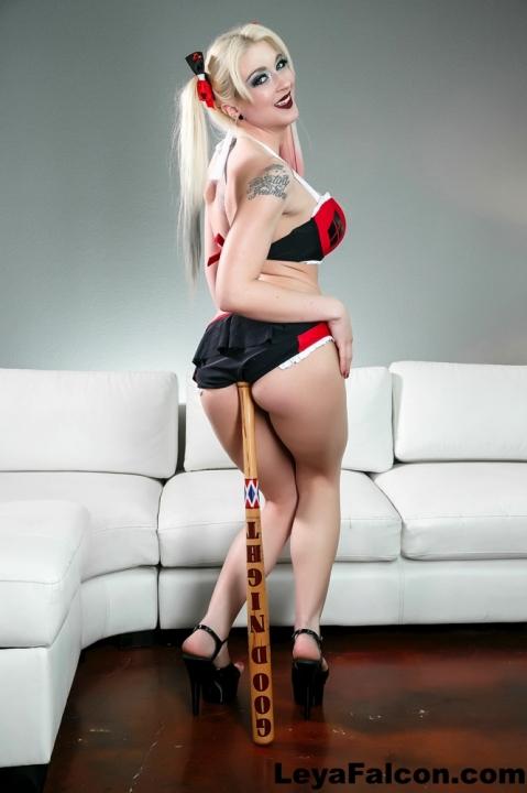Жопастая шлендра с косичками всунала в пизду деревянный предмет зажигательное порно