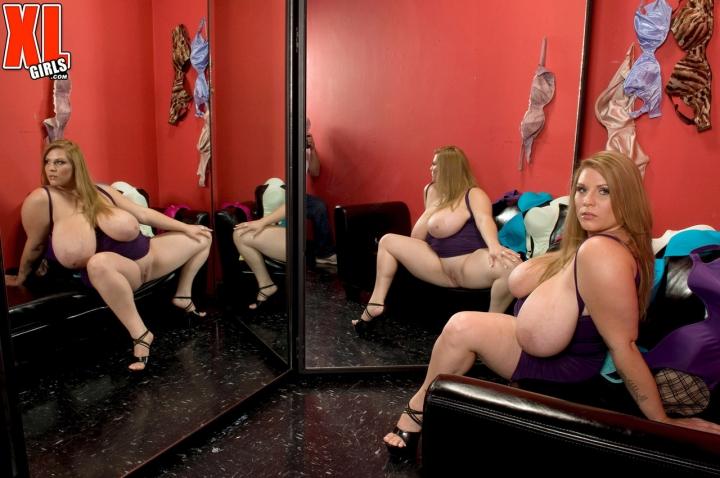 Толстуха с шикарными сисяками оголяет жопу и показывает порно фото онлайн