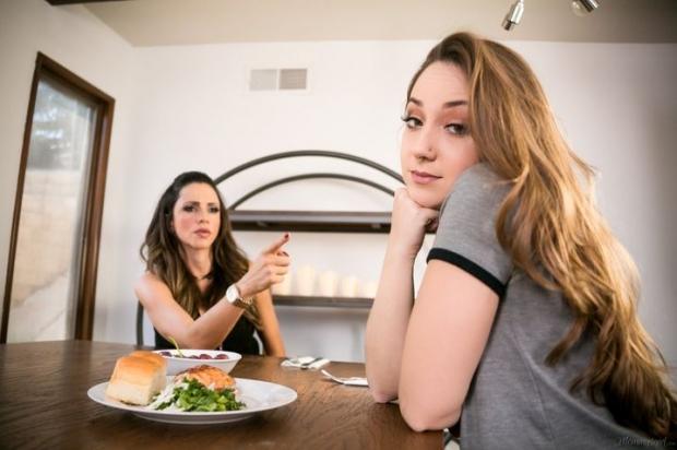 Девушки лесбиянки решили приятно провести время за едой и потрахаться