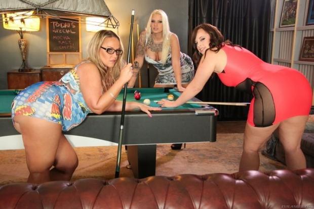 Возбужденные лесбиянки активно трахаются и играют в бильярд