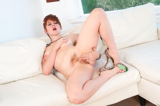Возбужденная лесбиянка с волосатой киской ждет когда подруга будет ласкать её клитор